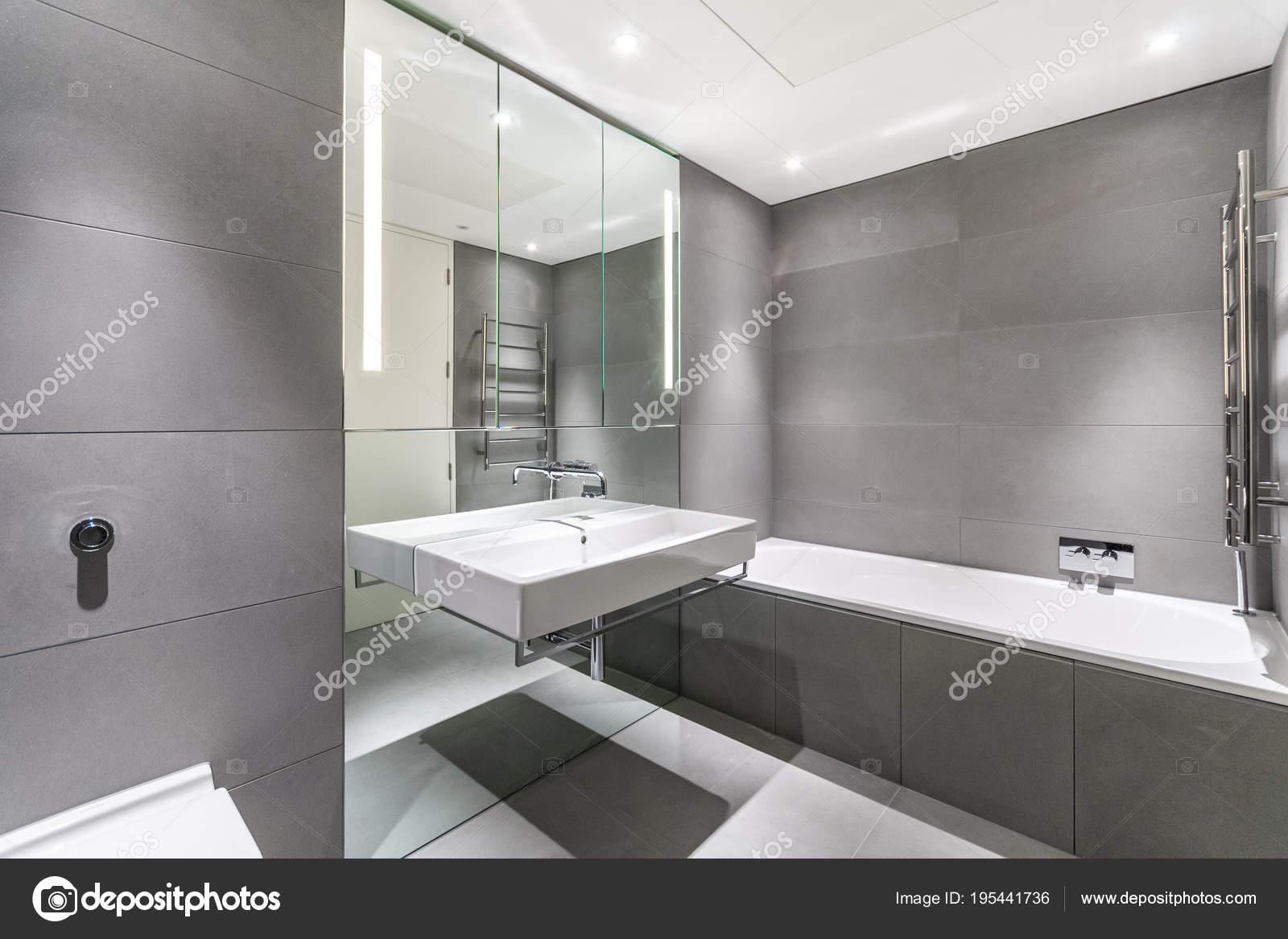 Moderno cuarto de baño minimalista en blanco y gris — Foto ...