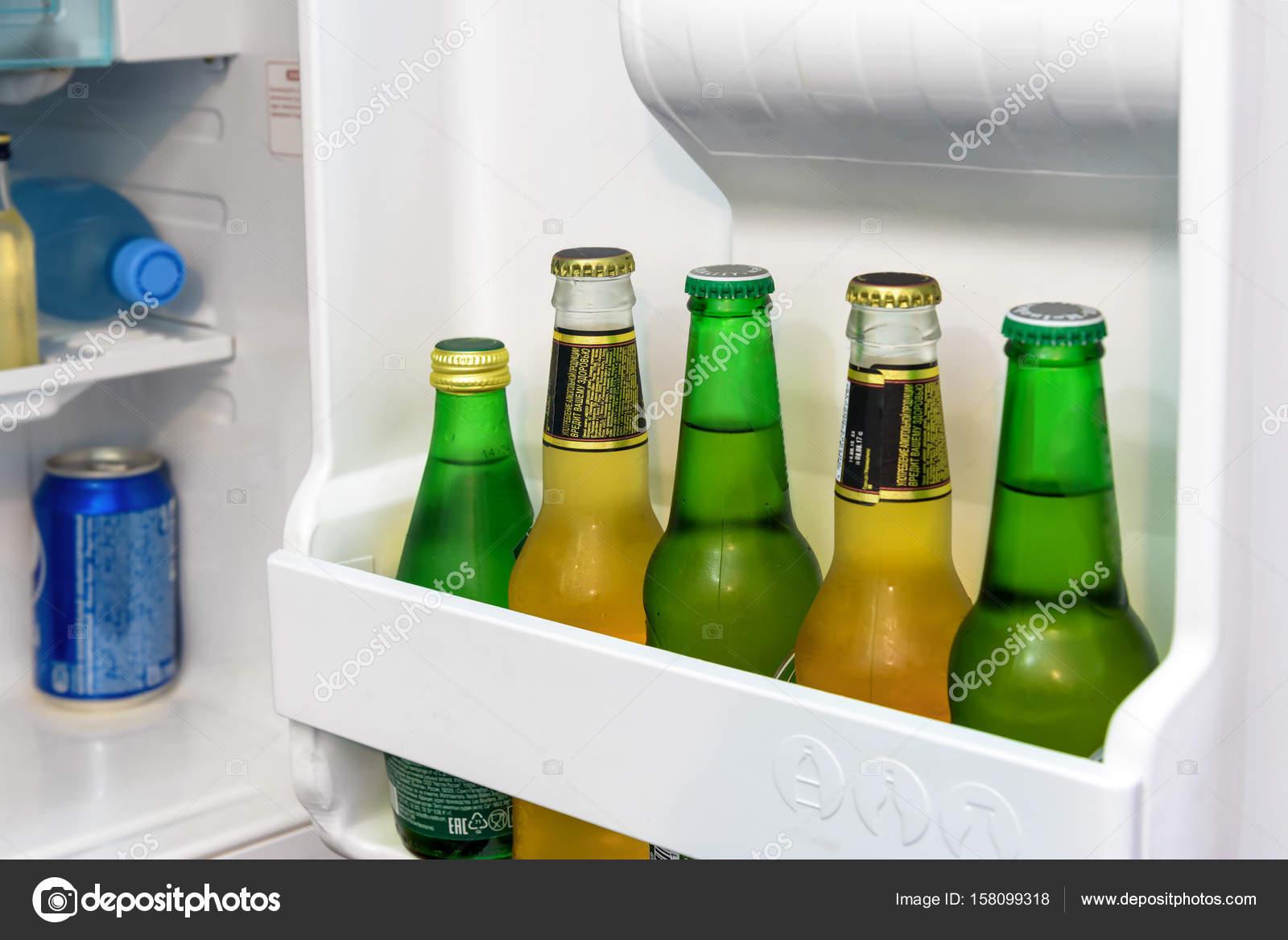 Mini Kühlschrank Für Medikamente : Mini kühlschrank voller flaschen u stockfoto scaliger