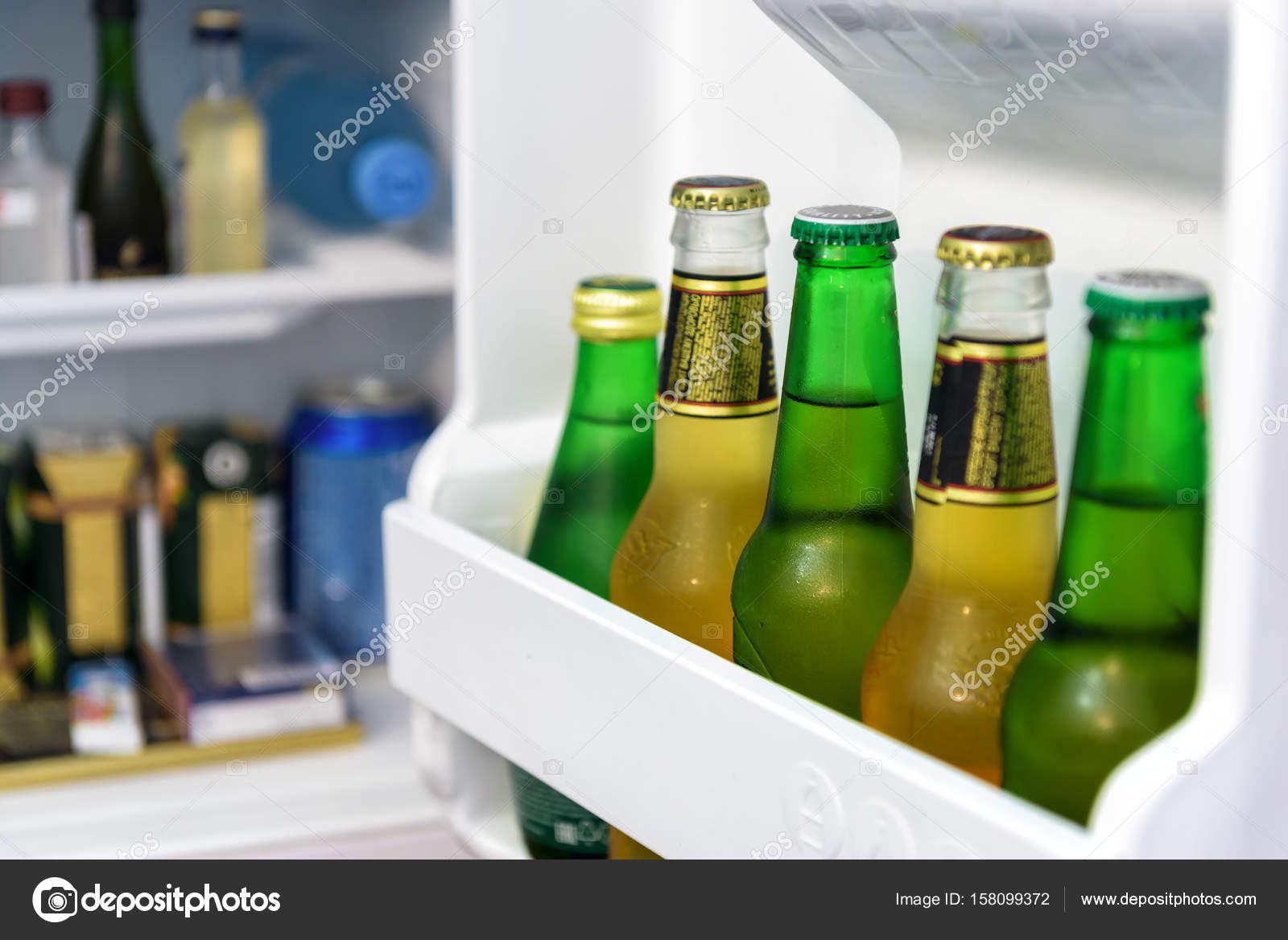 Mini Kühlschrank Für Bier : Mini kühlschrank voller flaschen in einem hotelzimmer u stockfoto