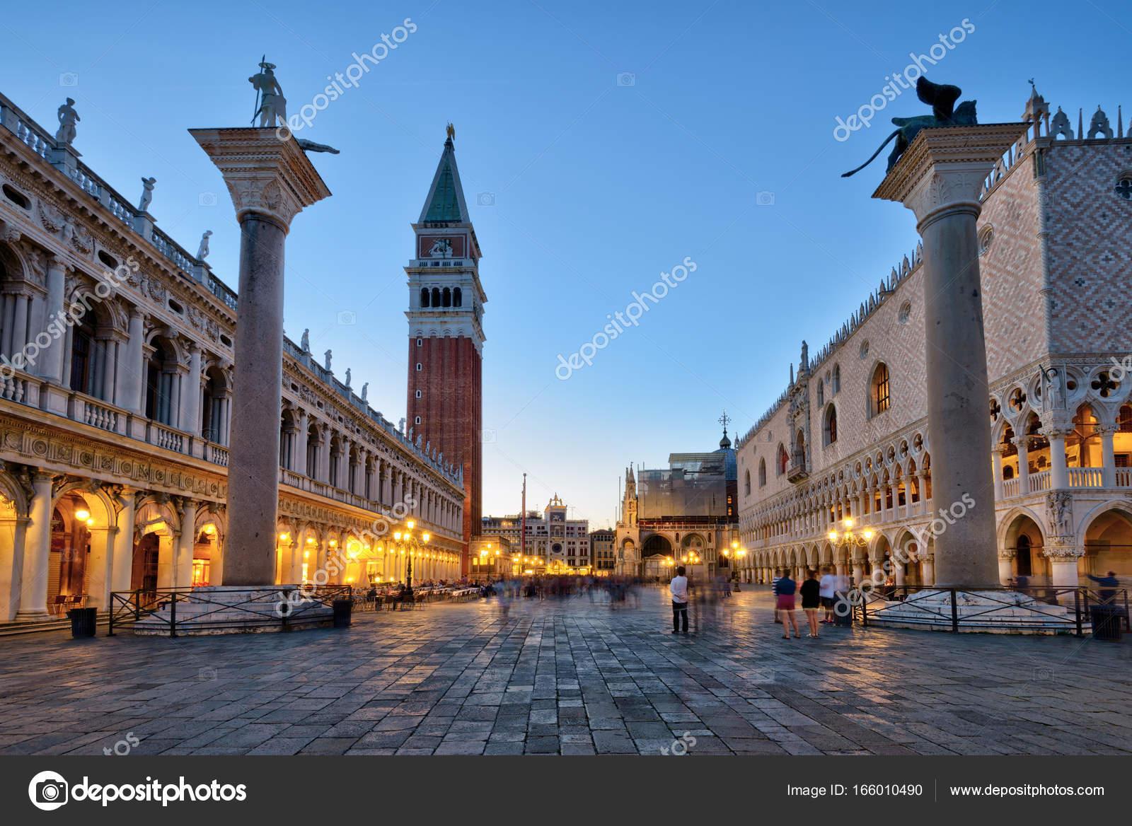 Piazza San Marco en la noche en Venecia, Italia — Fotos de Stock ...
