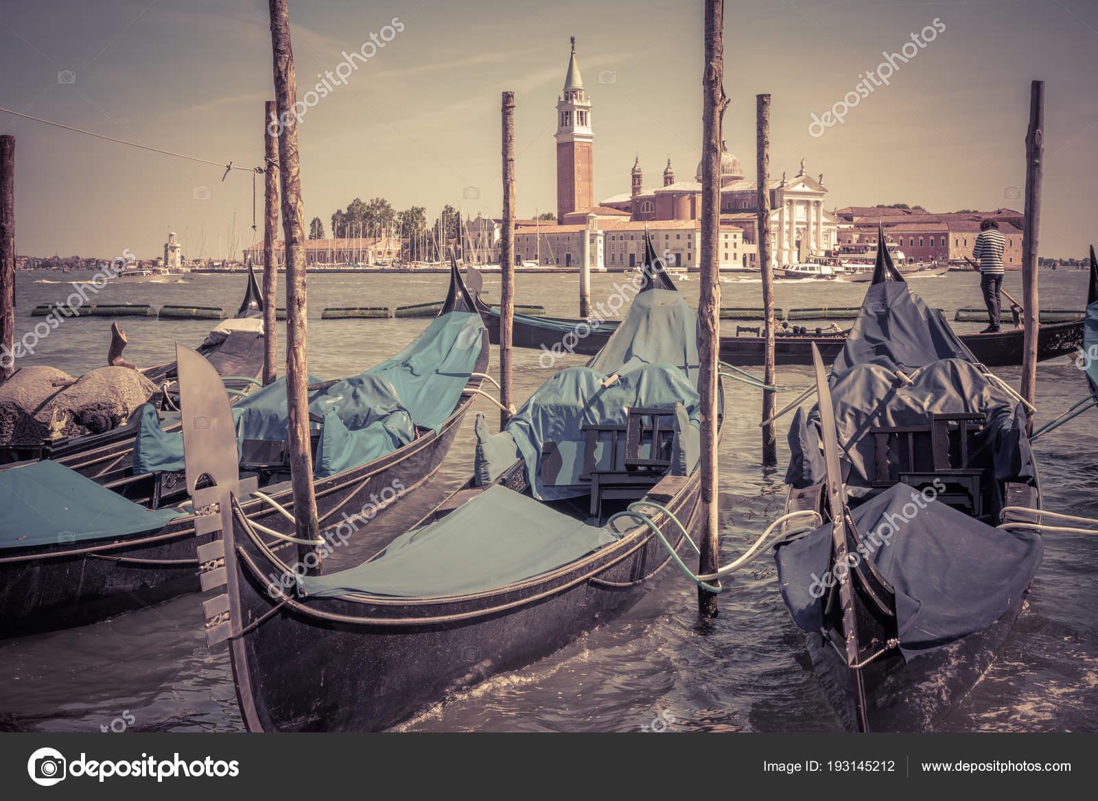 Antiguo muelle con góndolas cerca de Piazza San Marco, Venecia ...