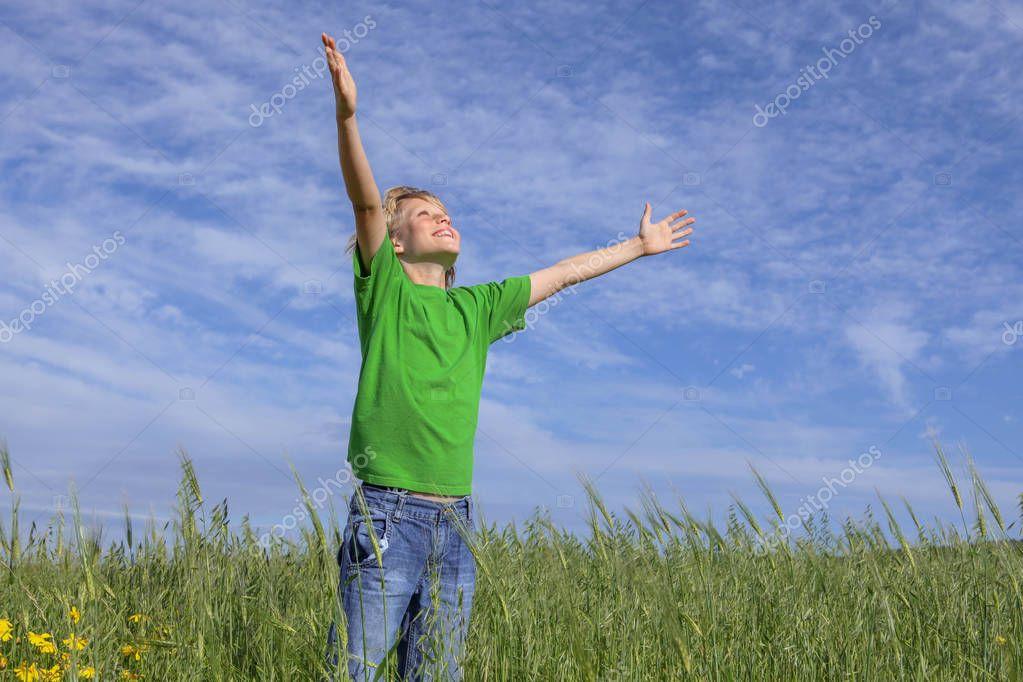 À toi qui liras ceci : Sois Heureux(se) ! Depositphotos_128853132-stock-photo-happy-christian-boy-arms-raised