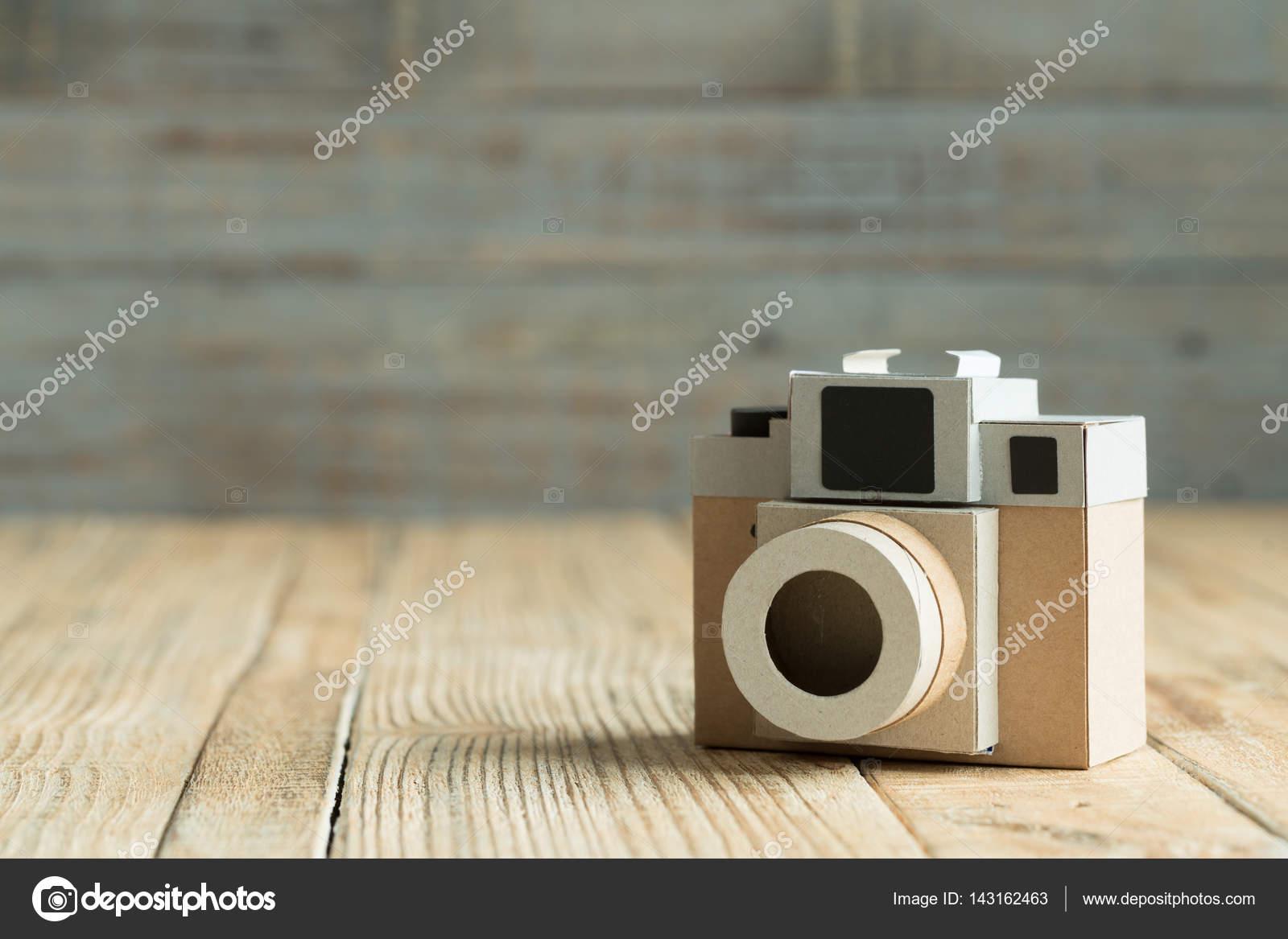 Kamera Papier Auf Holz Hintergrund Stockfoto C Pigprox 143162463