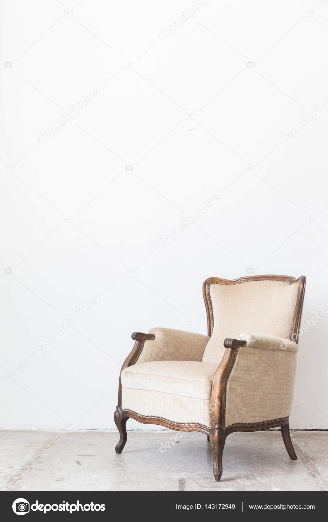 vintage sessel auf wei e wand stockfoto pigprox 143172949. Black Bedroom Furniture Sets. Home Design Ideas