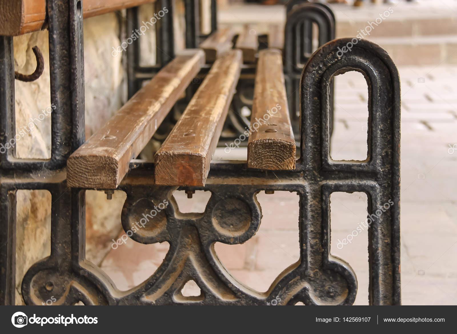 Stoel Metalen Frame : Oude stijl bench met metalen frame en houten stoel u stockfoto