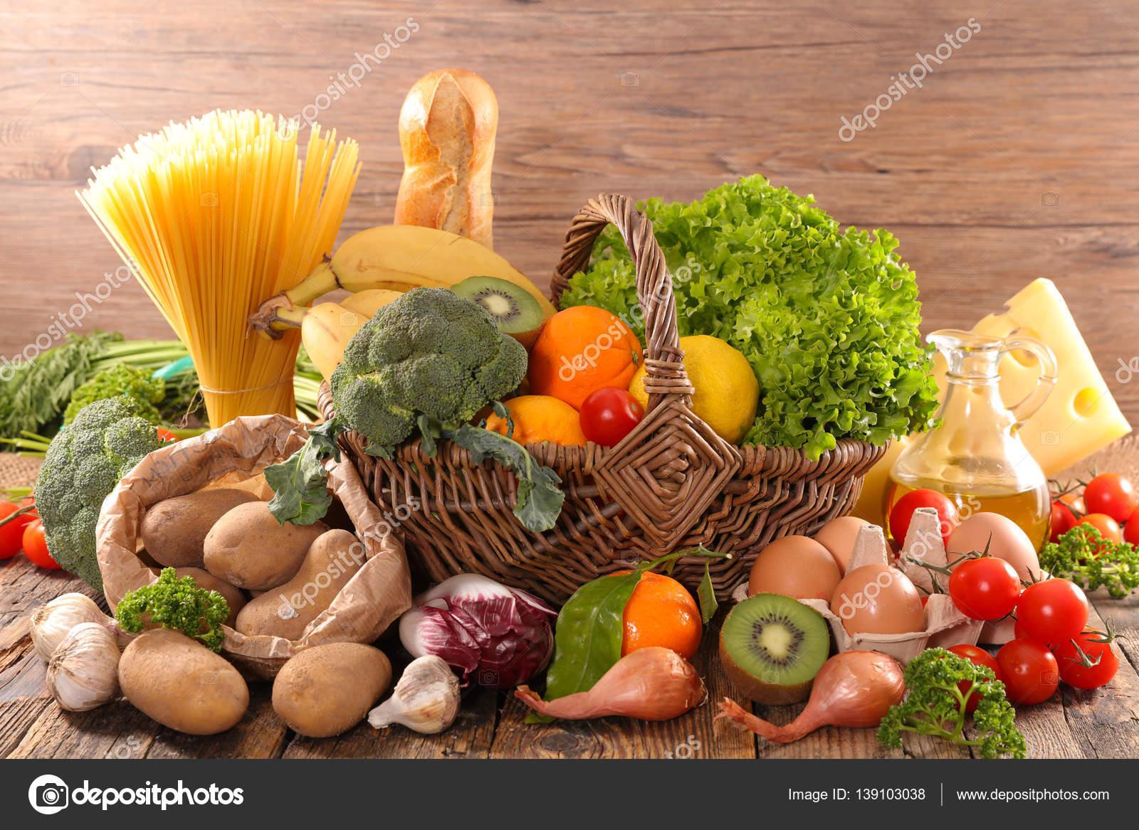 Composition avec fruits l gumes produits laitiers pain photographie studiom 139103038 - Composition florale avec fruits legumes ...