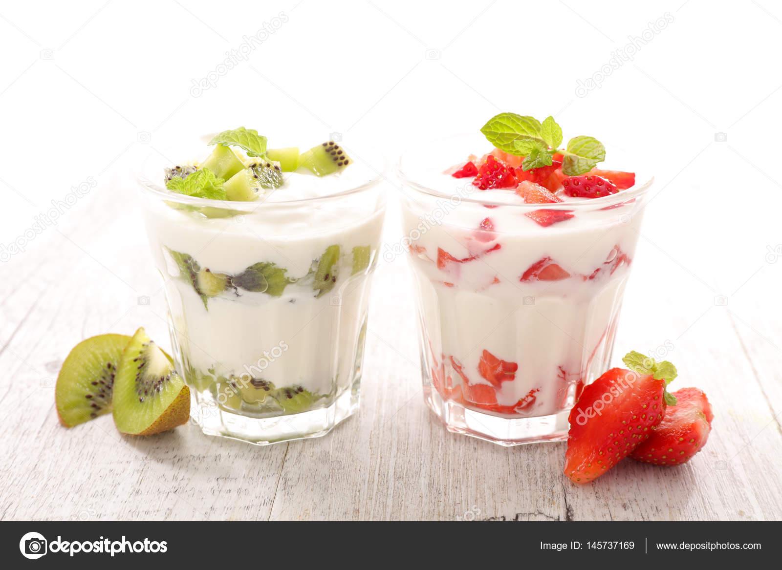 Frutas y yogurt en vasos foto de stock studiom 145737169 - Vasos para yogurt ...