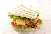 sendvič se šunkou a sýrem