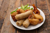 Photo spring roll and fried shrimps on wooden table