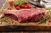 hovězí maso grilované na dřevěném prkénku
