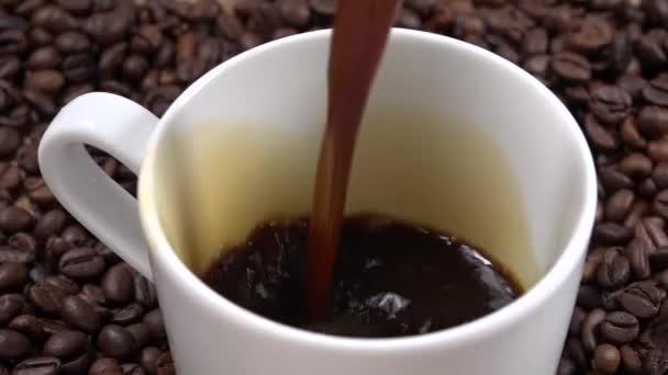 Csésze kávé és kávé bab