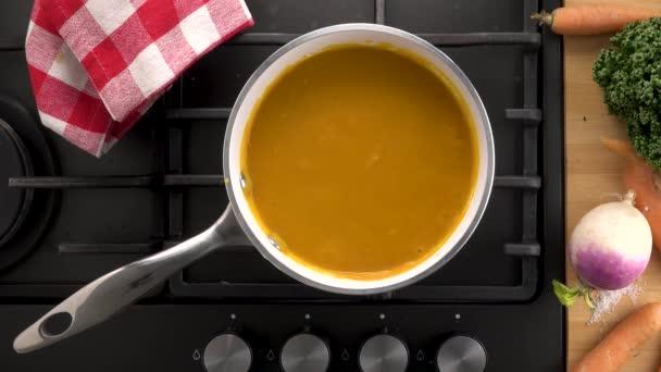 zeleninová polévka v pánvi