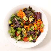 Čerstvý salát v bílé míse