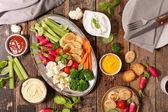 Fotografie Čerstvé syrové zeleninové občerstvení s různými omáčkami