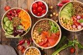 Fotografie Misky s různými zdravá jídla na stůl wwooden
