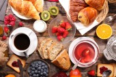 Fotografie kontinentální snídaně s kávou, čajem a croissanty