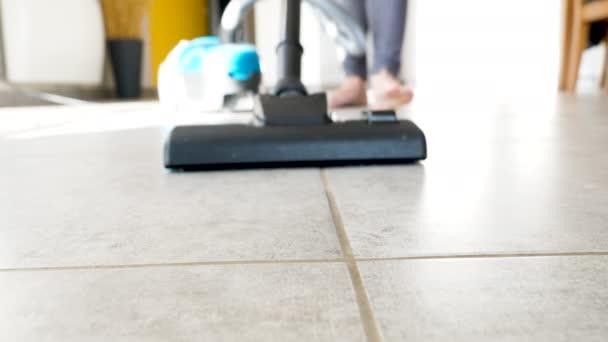 Nahaufnahme von Frau, die Boden mit Staubsauger reinigt