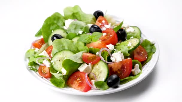 řecký salát s rajčaty, olivami, okurkou, cibulí a sýrem feta