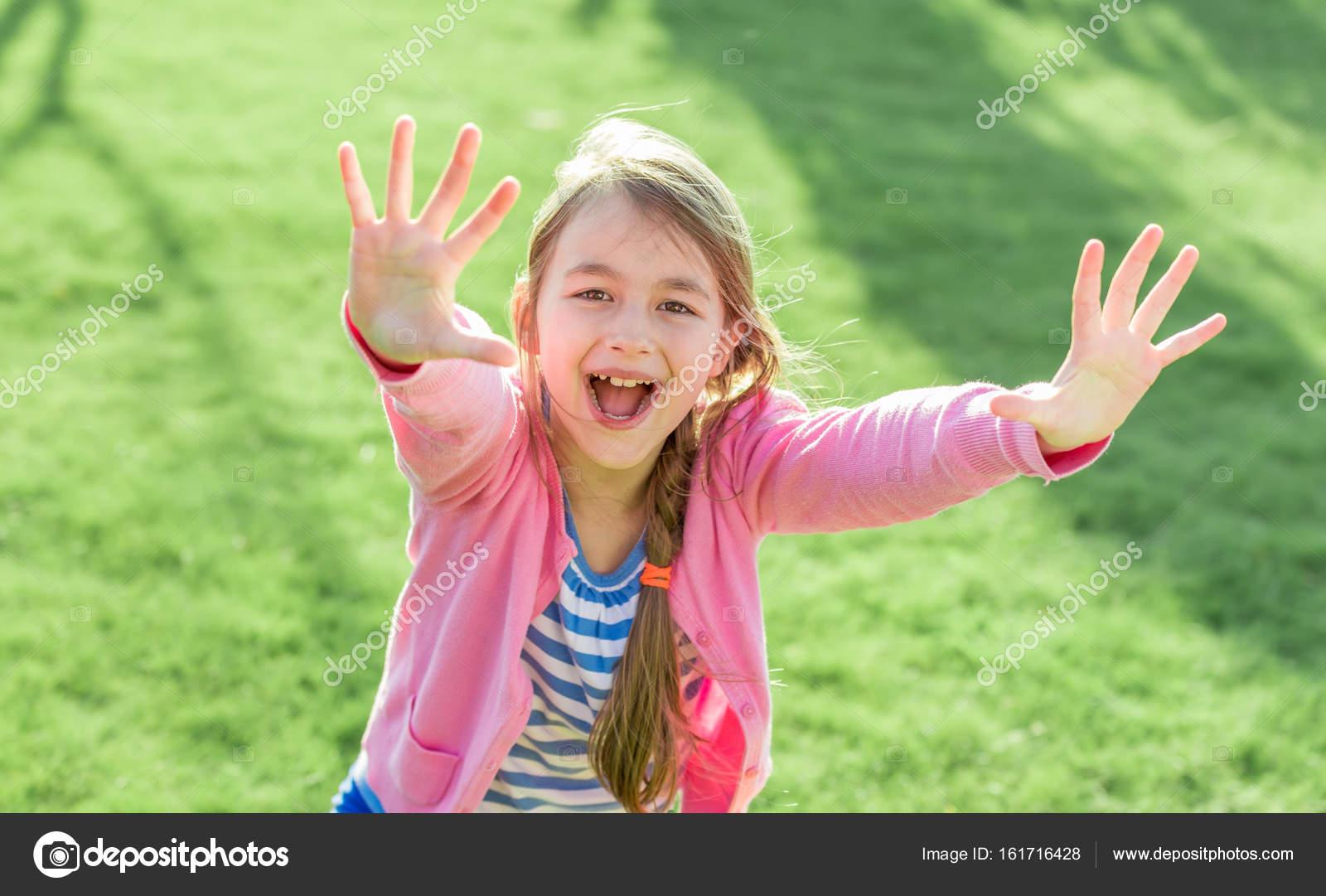 Маленькая девочка руки вверх — стоковое фото © leungchopan #46854457.