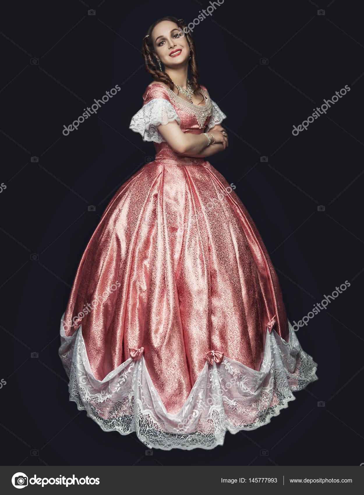 Joven hermosa mujer en vestido medieval en negro — Foto de stock ...