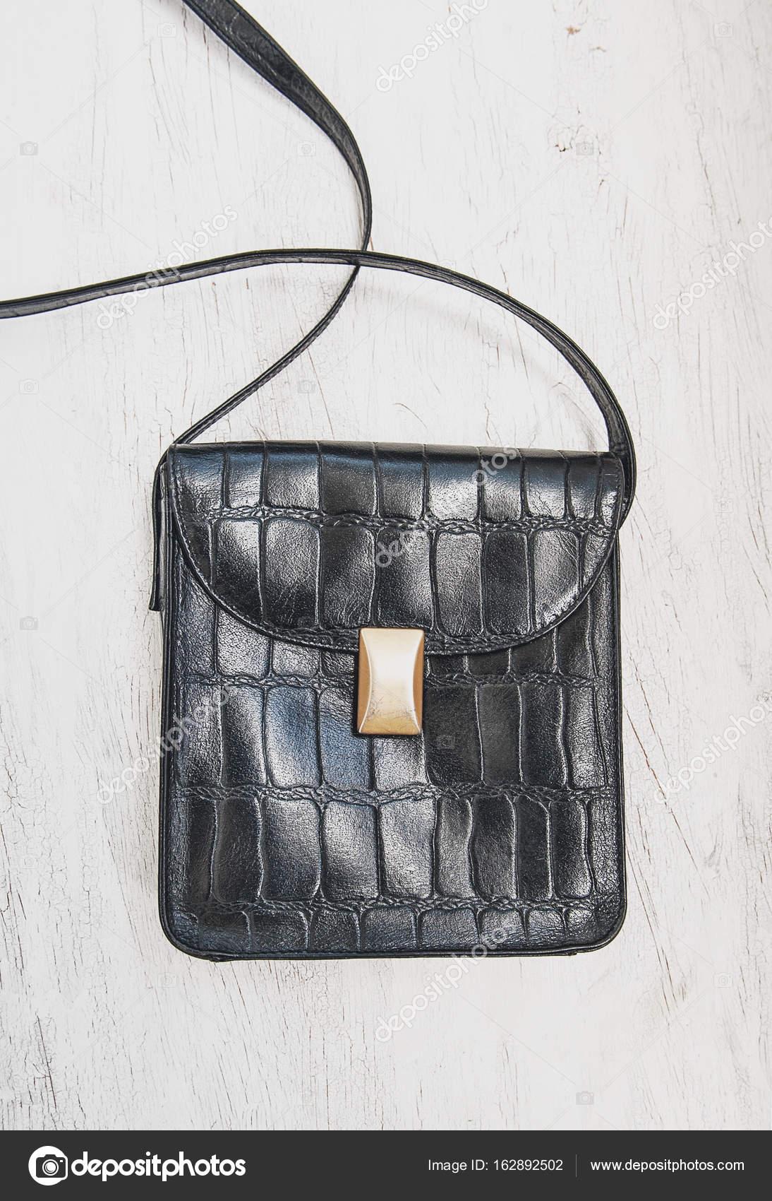46a95e7ae6 Μαύρη δερμάτινη τσάντα σε ξύλινο υπόβαθρο. Templ σχεδιασμός μακέτα —  Φωτογραφία Αρχείου