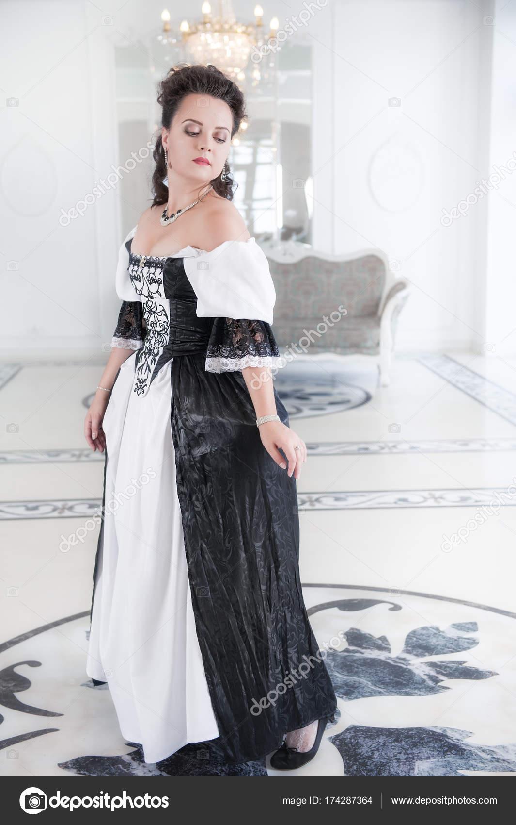 super popular b2cf1 12fcb Bella giovane donna in abito lungo medievale — Foto Stock ...