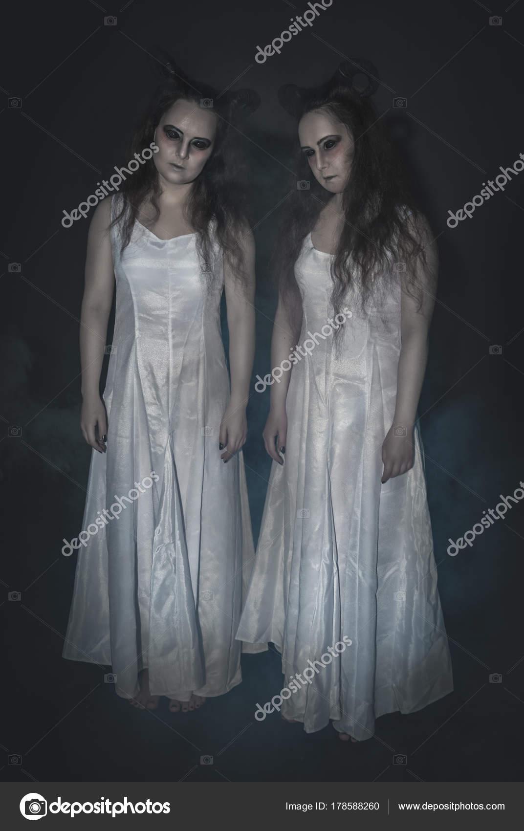 Zwei schreckliche Gespenst mit Hörnern auf dunklen — Stockfoto ...