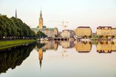 Ansicht des Stadtbildes reflektieren im Fluss mit Himmel Hintergrund