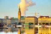 Blick auf das Stadtbild, das sich im Fluss in Hamburg spiegelt