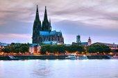 Blick auf Stadtbild und Boote auf Fluss-Oberfläche in Köln