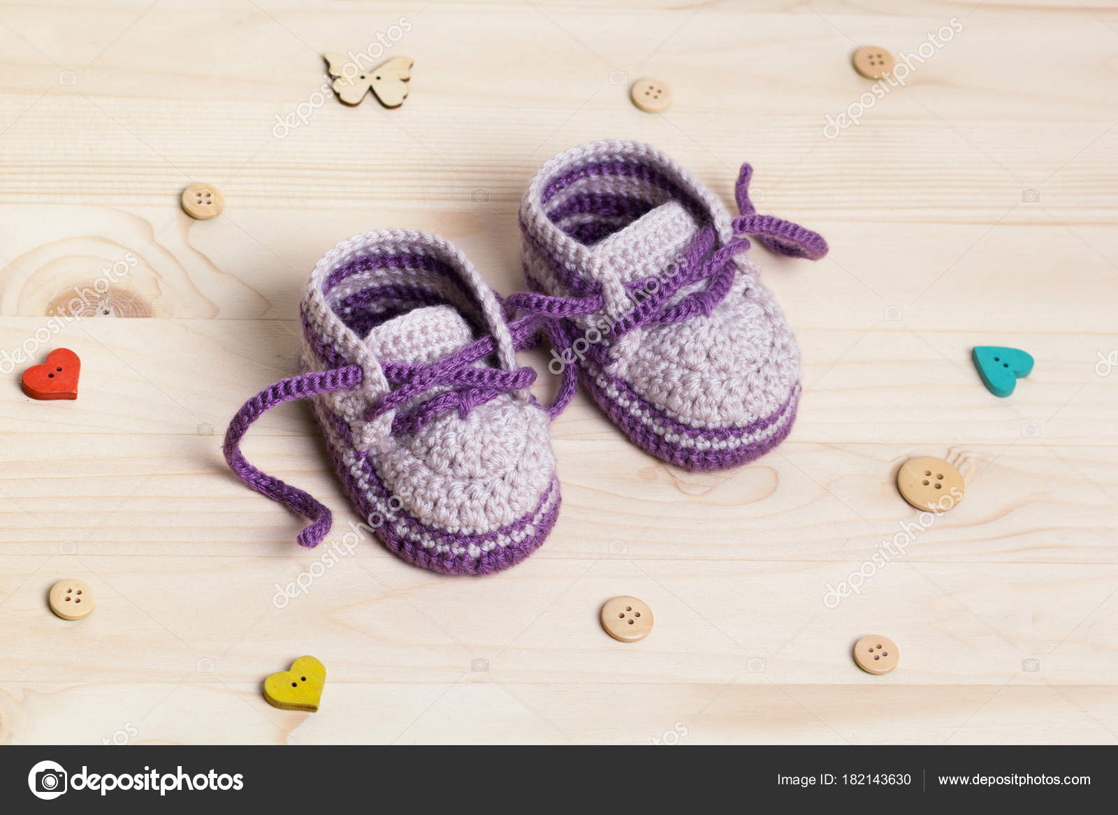 Baby Booties Häkeln Auf Hölzernen Hintergrund — Stockfoto © Druzenko ...