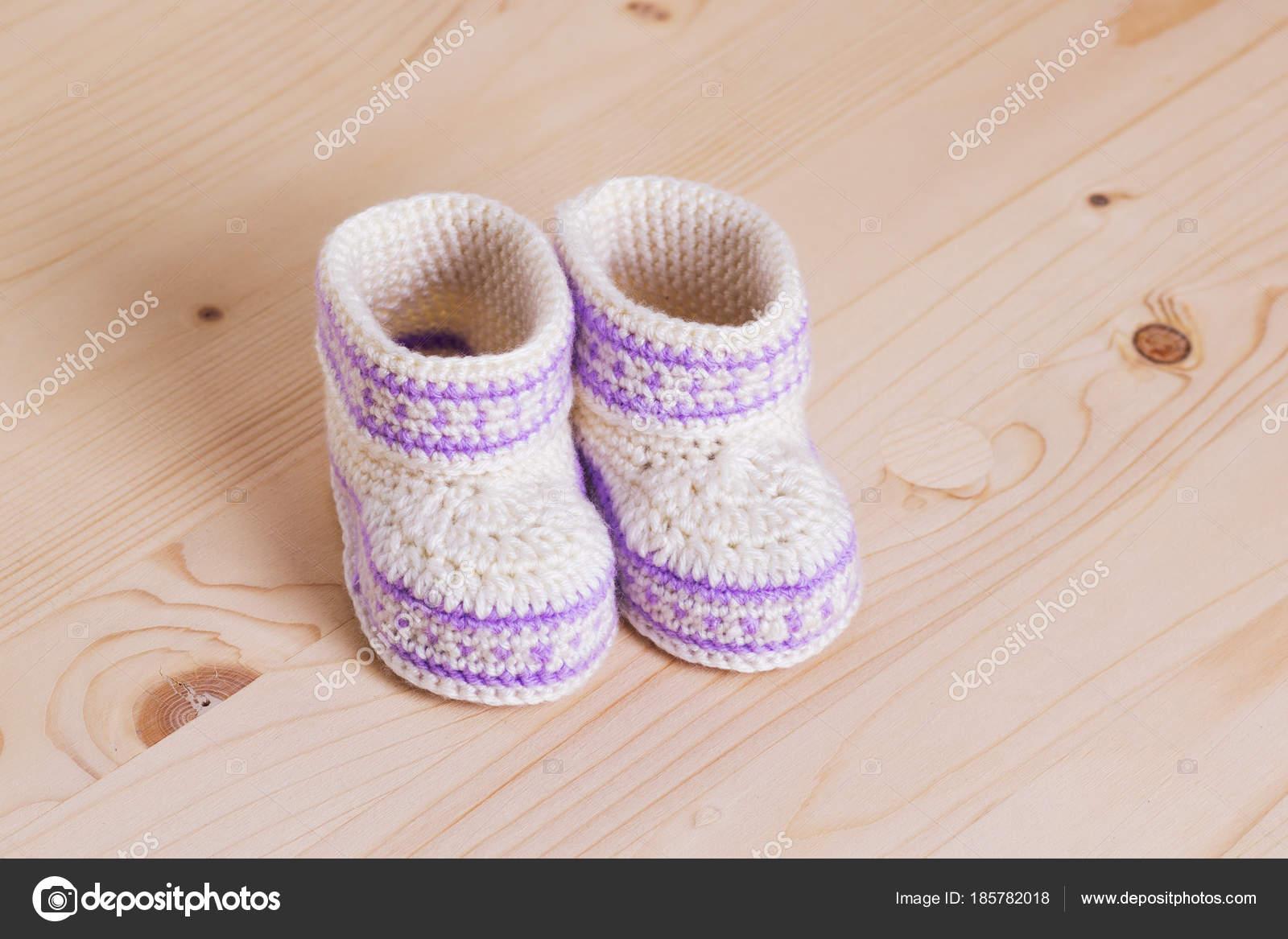 Haak Baby Slofjes Met Houten Achtergrond Stockfoto Druzenko