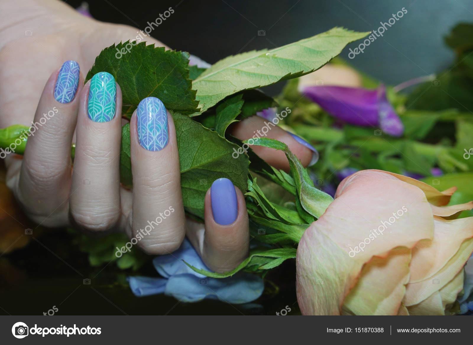 Hermosas uñas arte manicura con flores. Cuidado de las uñas — Foto ...