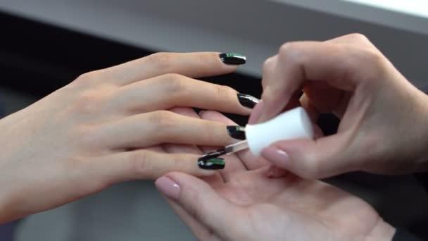 Manikérka tvorby módní nailart. Žena použití lak na nehty.
