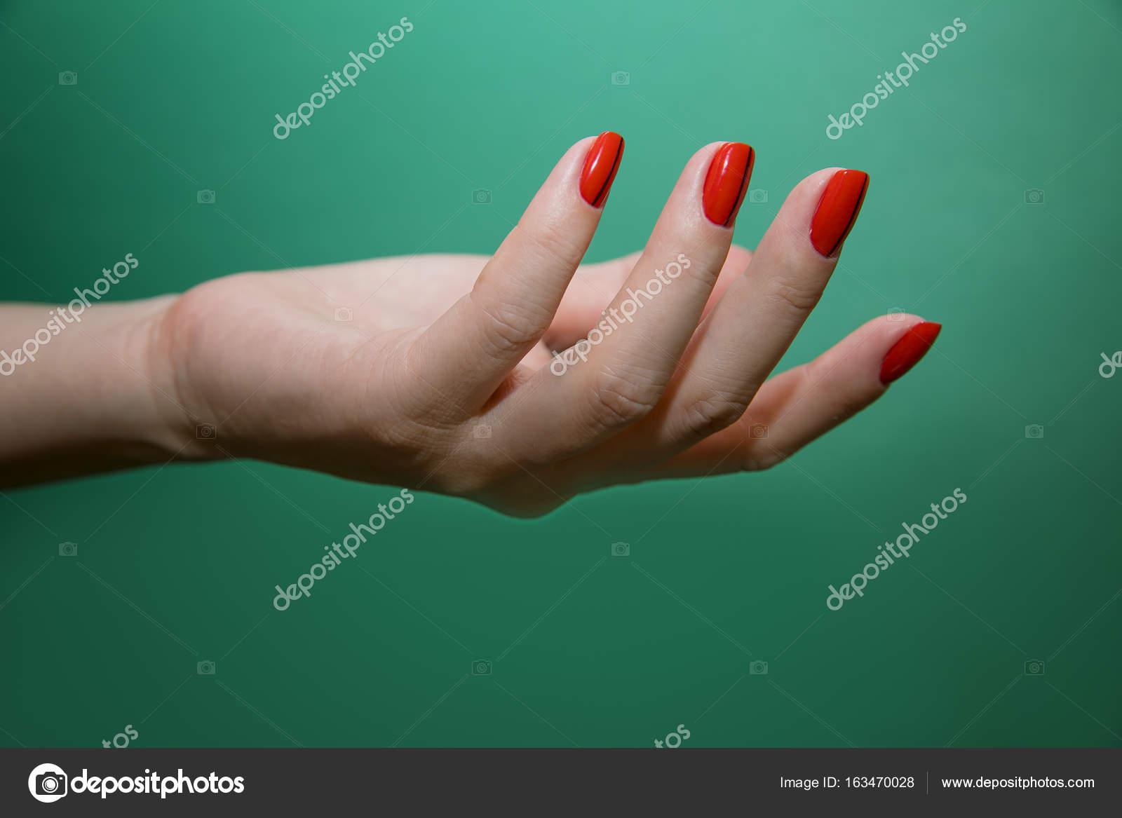 Mano femenina con coloridas uñas arte diseño manicure — Fotos de ...