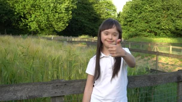 Downův syndrom dívka dává palec