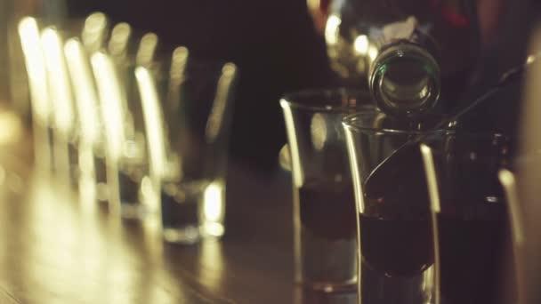 Barkeeper machen viele cocktails