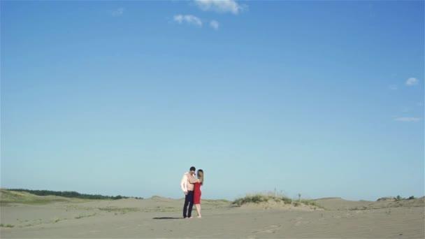 Sinnliches Paar in der Wüste