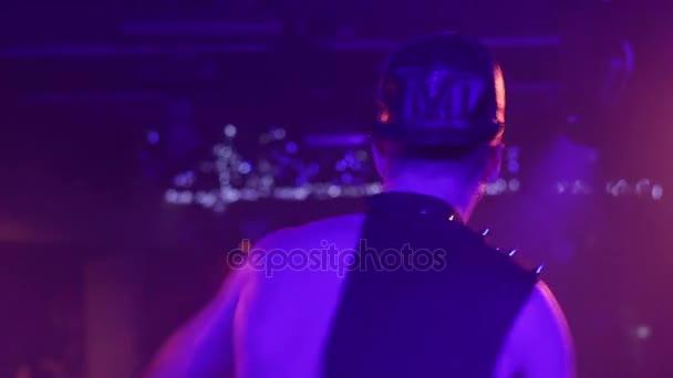 sexy Mann tanzen in Nachtclub