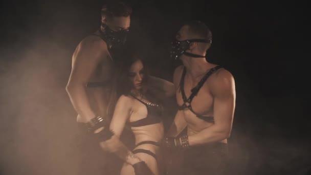 sexy Männer und Frauen tanzen im Rauch