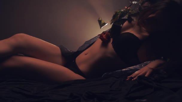 sinnliche Frau auf dem Bett