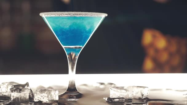 Blauer Cocktail an der Bar