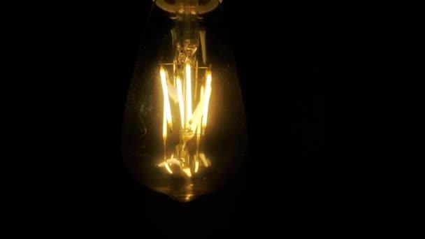 Žárovka na černém pozadí. Edisonské žárovky ve tmě