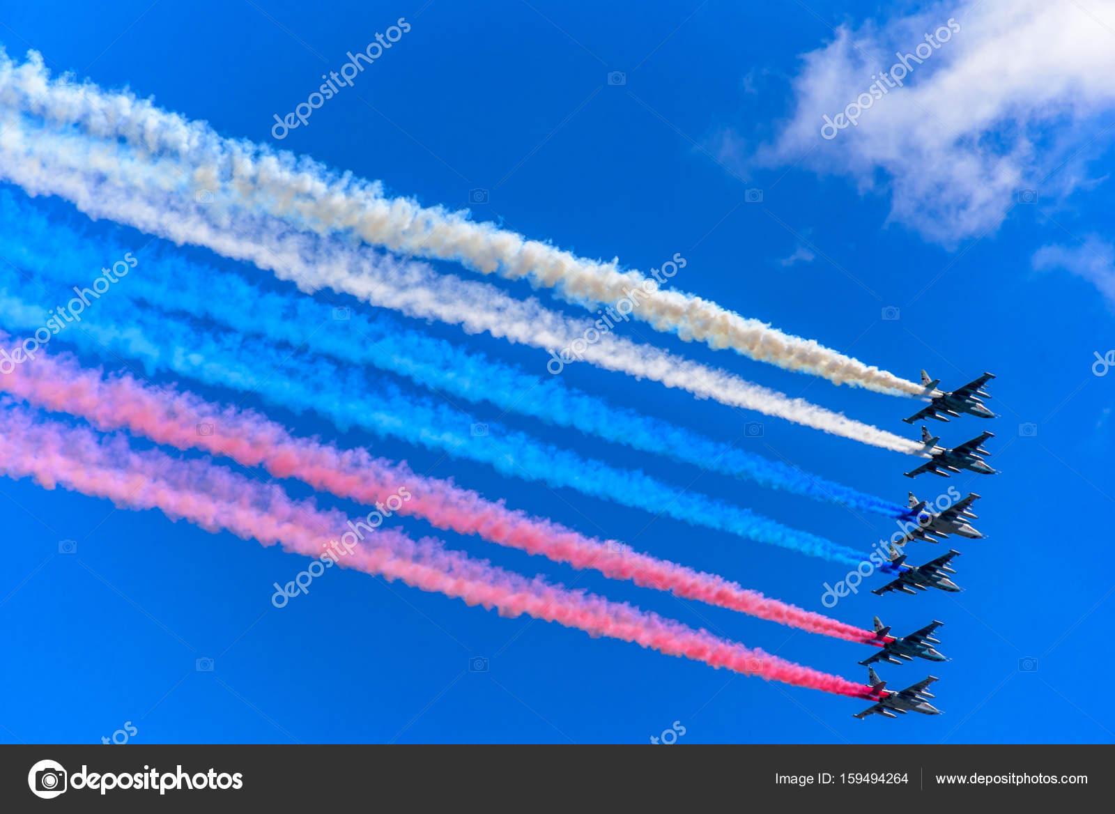 Sechs Su-25 Angriff Flugzeuge verlassen Rauch als Tricolor russische ...
