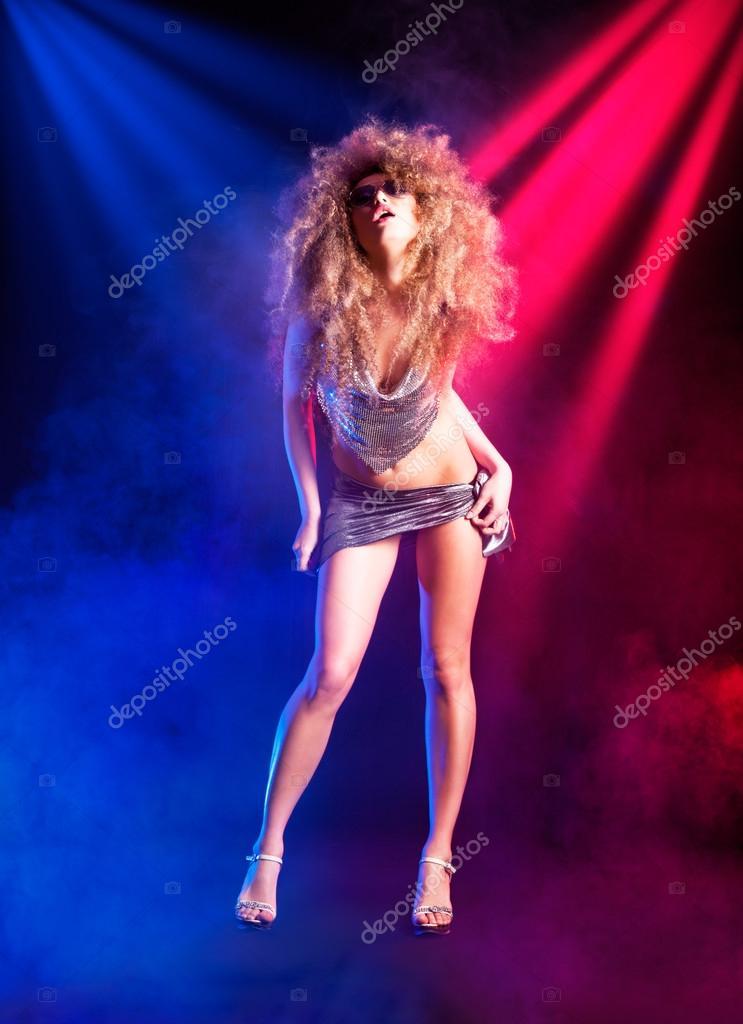 Сексуальная женшина танцует