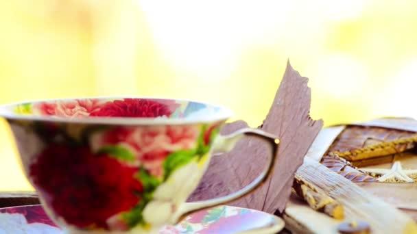 šálek čaje s pádem leafs