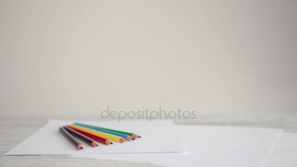 barevné tužky na papíře, samostatný