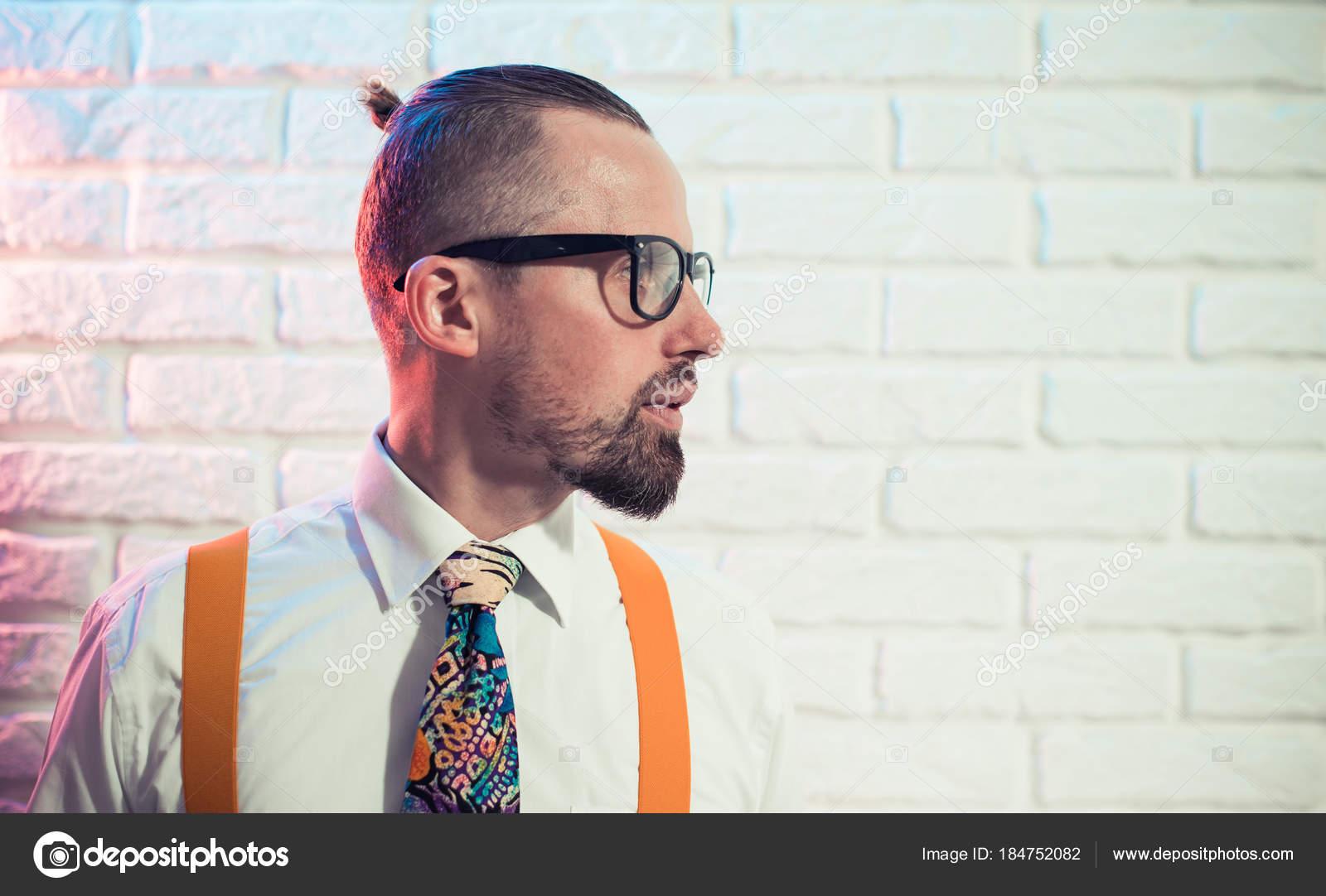 Stilvolle Junger Mann Der Partei Kleid Closeup Portrait Bei Mauer ...