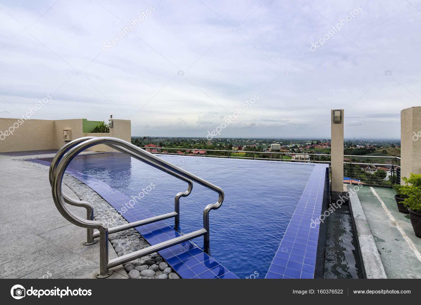 Zwembad Op Dakterras : Zwembad op het dak u stockfoto tonyoquias