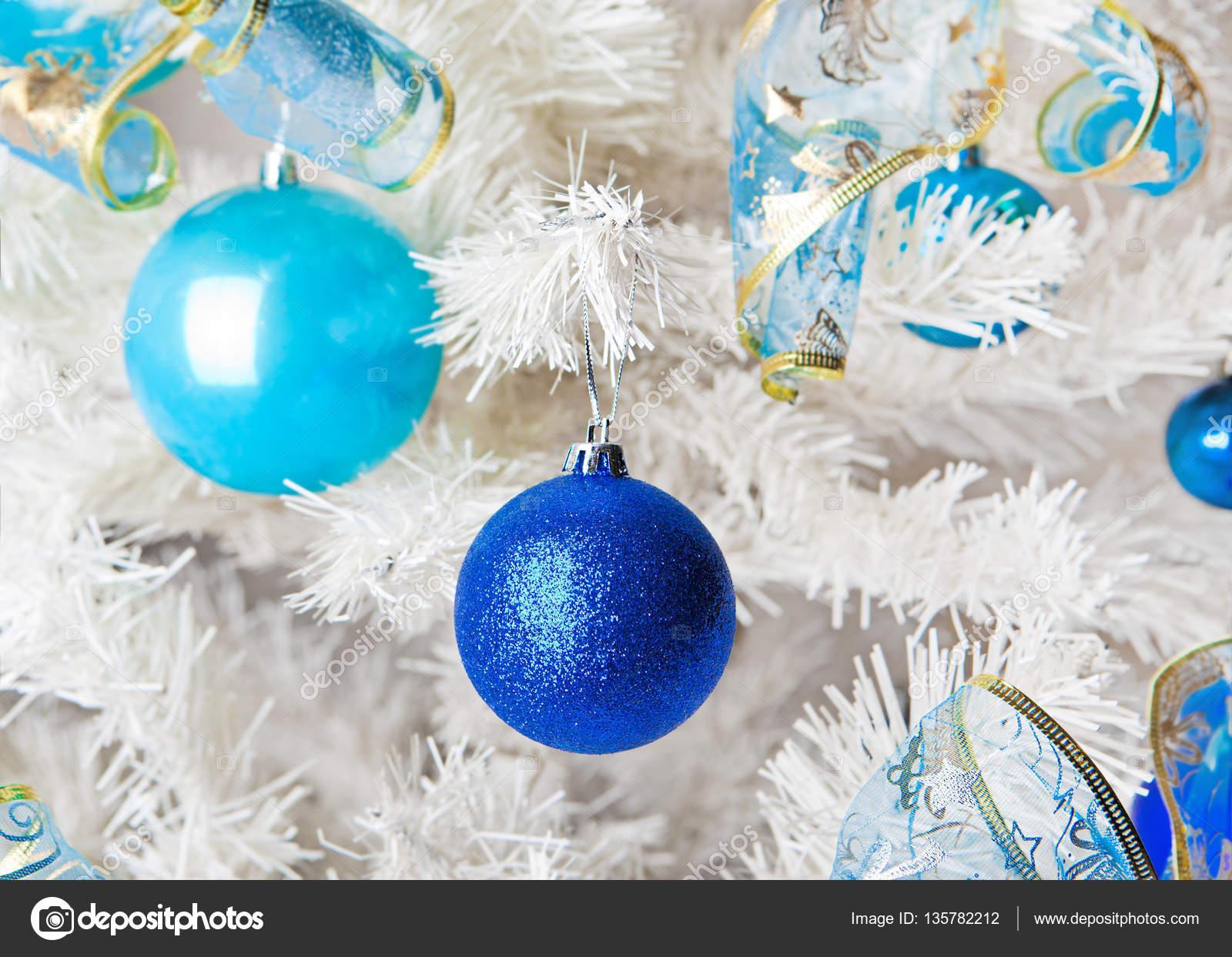 Albero Di Natale Con Decorazioni Blu : Bianco albero di natale con blu e bianco decorazioni di natale